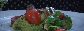 Polędwica wołowa pieczona z warzywami, serwowana z ziołowo-piklową gremolatą