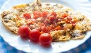 Omlet z pomidorkami koktajlowymi i ziołami